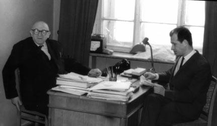 Э.В.Шпольский и Р.И.Персонов на кафедре теоретической физики МГПИ им. В.И.Ленина