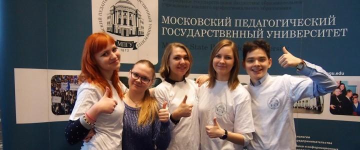 """Студенты факультета иностранных языков на выставке """"Образование и карьера"""""""