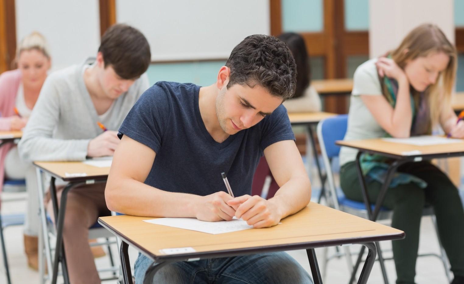Студентки сдают экзамен 9 фотография