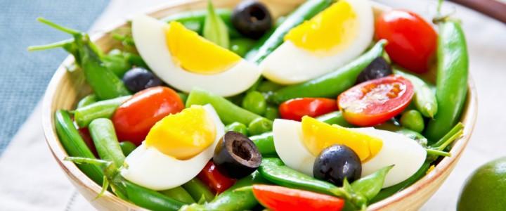 Диетологи рассказали, почему стоит добавлять яйца в овощной салат