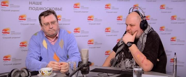 """Алексей Лубков в студии программы """"Двое против ветра""""."""