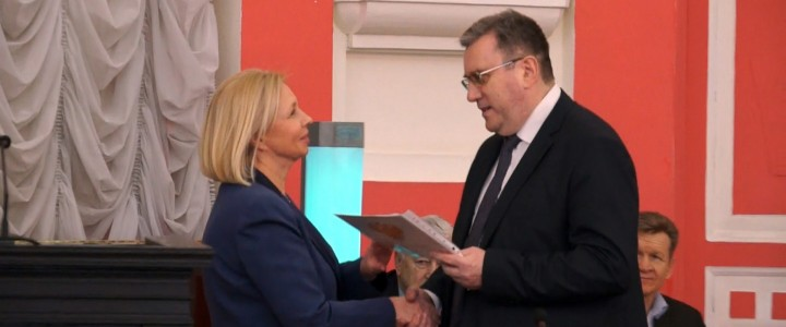 Награждение профессора И.А. Подругиной почетной грамотой Минобрнауки