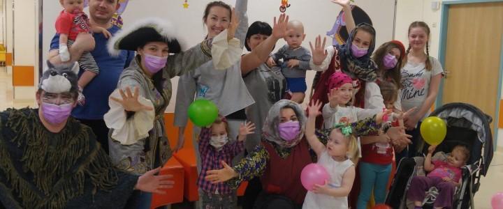 Студенты факультета дошкольной педагогики и психологии подарили сказку детям из больницы Д.Рогачева
