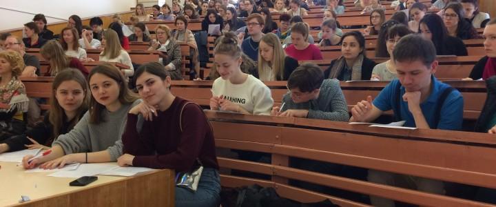 Студенты Института филологии проверяют  «Тотальный диктант»