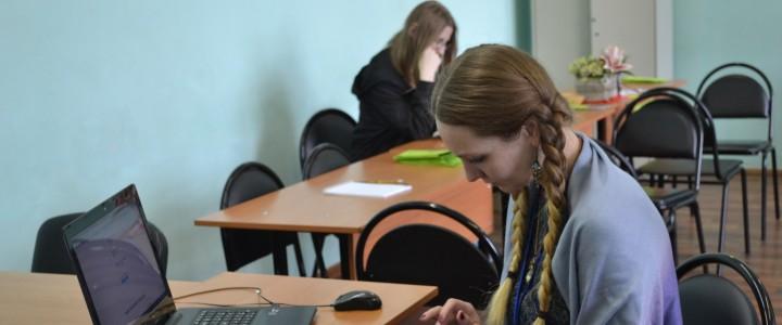Студенты на практике в приемной комиссии