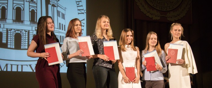 Вручение дипломов выпускникам Института иностранных языков
