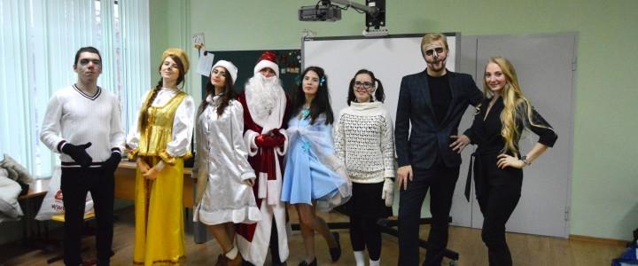 Волонтеры и творческие студенты ИСГО дарят Новогоднее настроение детям