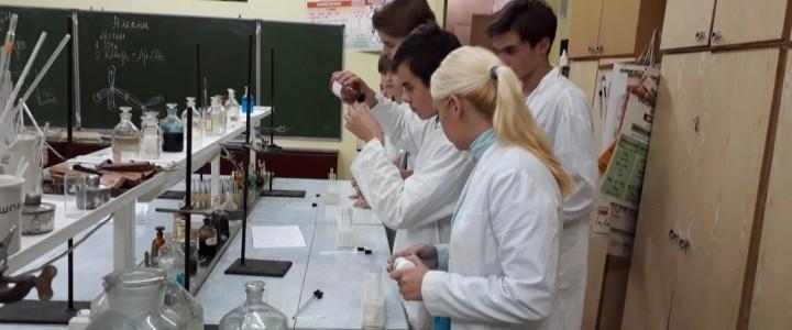 Учащиеся 10 и 11 классов Гимназии № 1590 в лаборатории органической химии