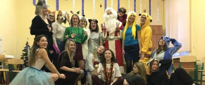 Студенты ИИЯ МПГУ устроили новогодний праздник на английском языке для первоклассников Романовской школы