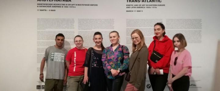 """Иностранные студенты ИИЯ МПГУ посетили выставку """"Трансатлантическая альтернатива"""" в центре современного искусства """"Гараж"""""""