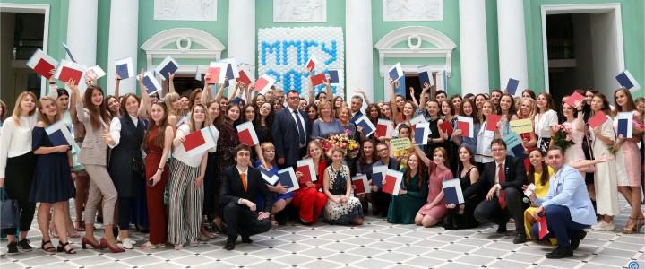 Дипломы о высшем образовании получили 5 июля 2018 г. 425 выпускников Института филологии