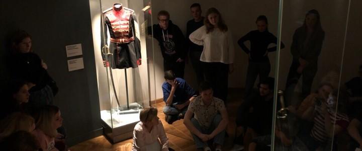 Студенты-историки на экскурсии в Музей военной формы одежды