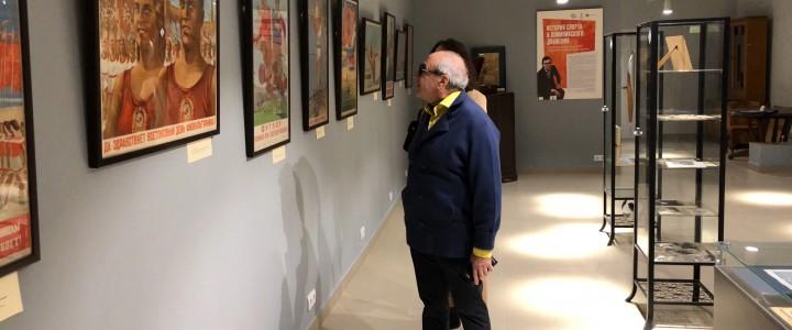 Коллекционер Александр Добровинский посетил выставку в Музее МПГУ