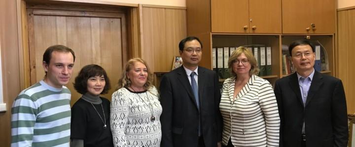 Официальная встреча руководства Института филологии с представителями Чжэнчжоуского университета