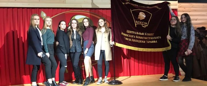 Студенты Института международного образования на выставке 100-летия ВЛКСМ