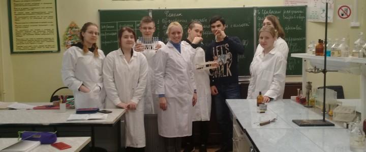 """Учащиеся ГБОУ """"Гимназия № 1590"""" на занятии по теме «Cпирты»"""
