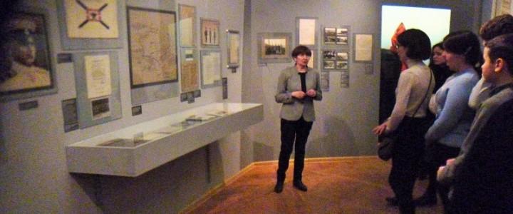 Научно-образовательная площадка. Занятие исторического кружка на базе Выставочного зала федеральных архивов