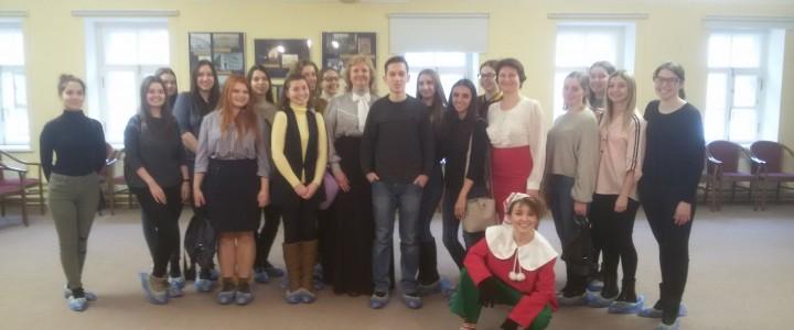 Студенты факультета дошкольной педагогики и психологии в Московском музее образования