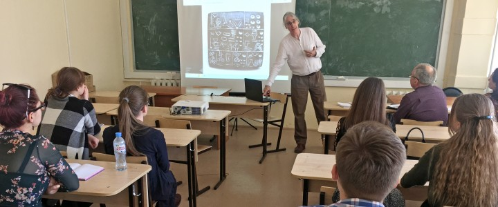 «Как развивалась письменность?» – встреча Международного студенческого клуба Института иностранных языков МПГУ с Джеймсом Ньютоном