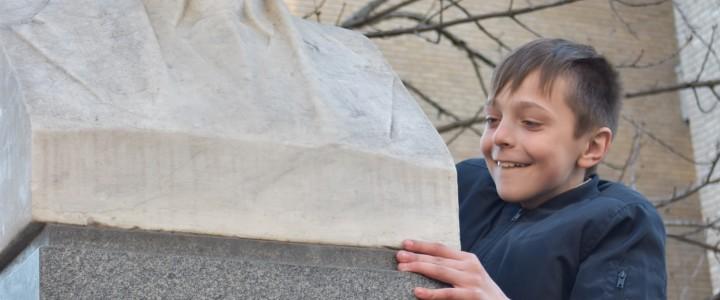 С участием школьников прошла патронатная акция у памятника С.А. Чаплыгину