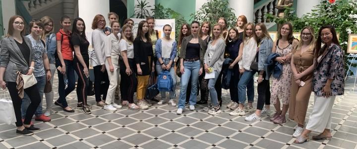 Студенты факультета педагогики и психологии  приняли участие в выставке «Дети рисуют мир»