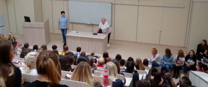 """Творческий семинар """"Как читать текст"""" для первокурсников ИИЯ"""