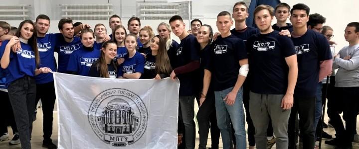 Студенты института физической культуры, спорта и здоровья прошли под знамёнами МПГУ в параде чемпионов, посвящённом открытию XXXII Московских студенческих спортивных игр