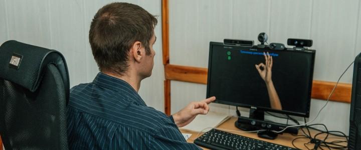 В Новосибирске неслышащий программист научил компьютер переводить жестовую азбуку