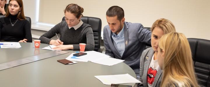 Работники Дирекции изучения истории МПГУ и студенты Института истории и политики на конференции в Губкинском университете