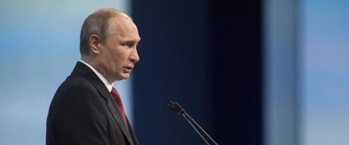 Президент России дал правительству РФ поручение повысить статус учителя