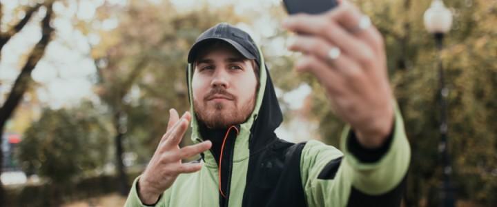 «Мне очень хотелось петь». Как слабослышащий студент из Екатеринбурга стал снимать клипы на жестовом языке