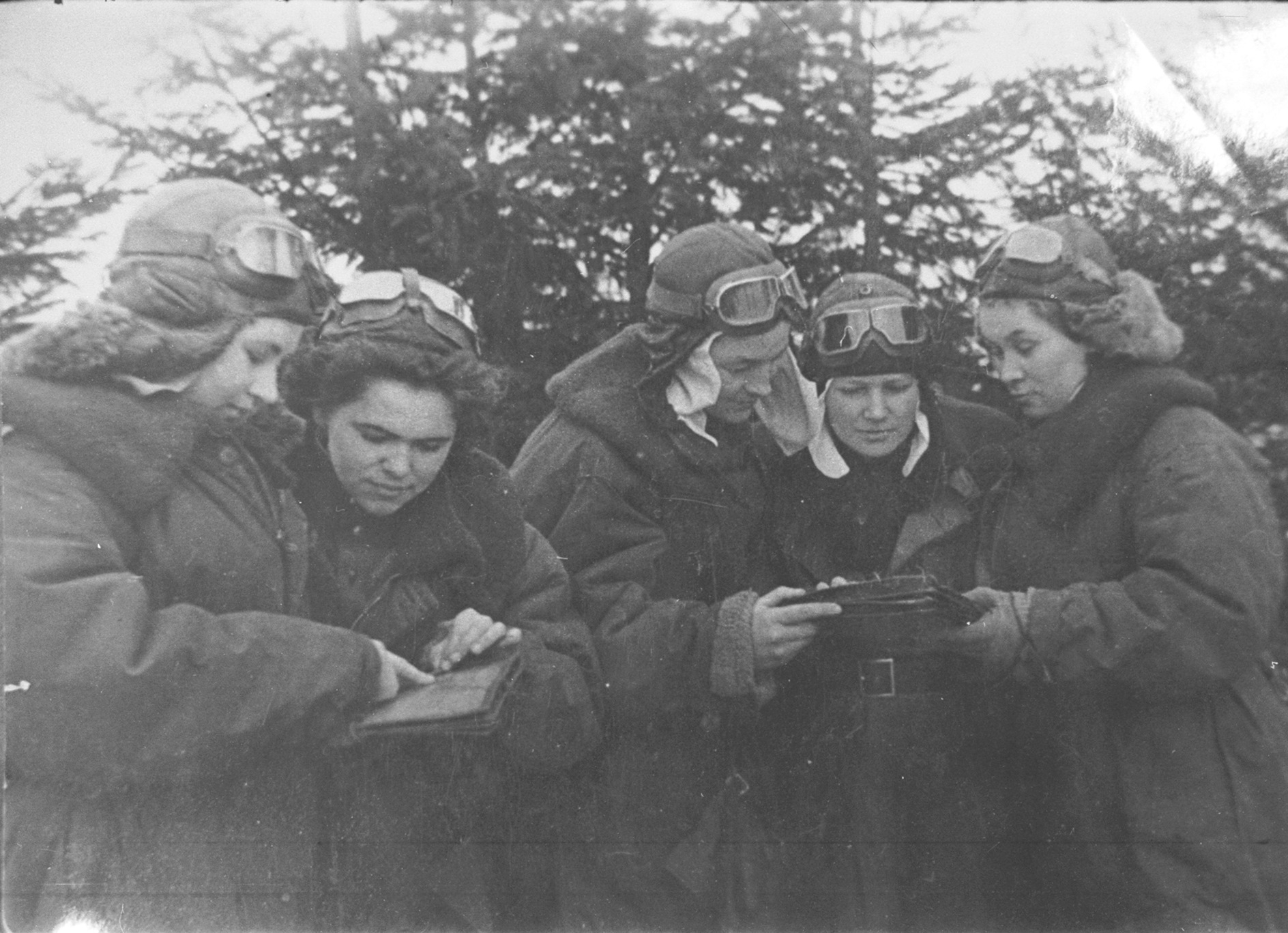 А.Ф. Акимова (крайняя слева) перед боевым вылетом. 1944 г.