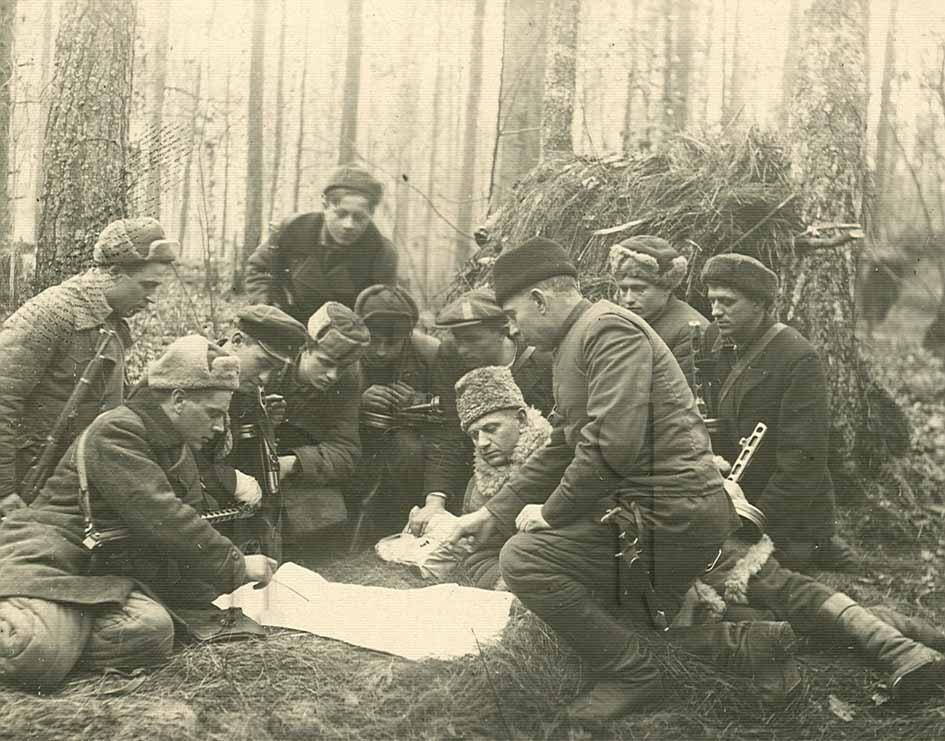 Партизаны обсуждают боевую операцию