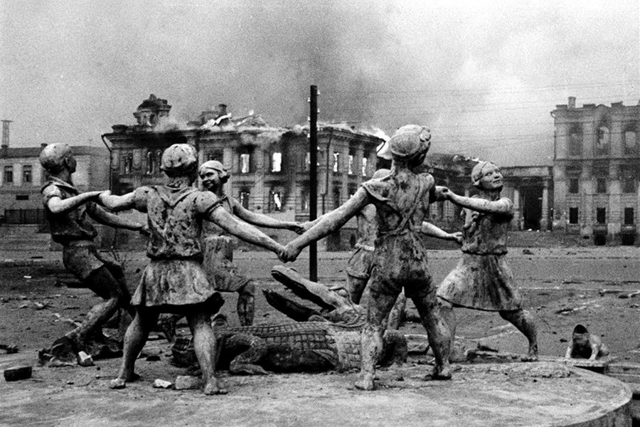 Разрушенный фонтан Бармалей в Сталинграде