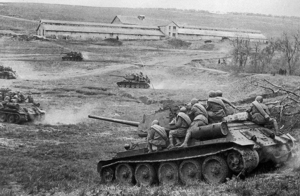 Советская бронетехника в атаке
