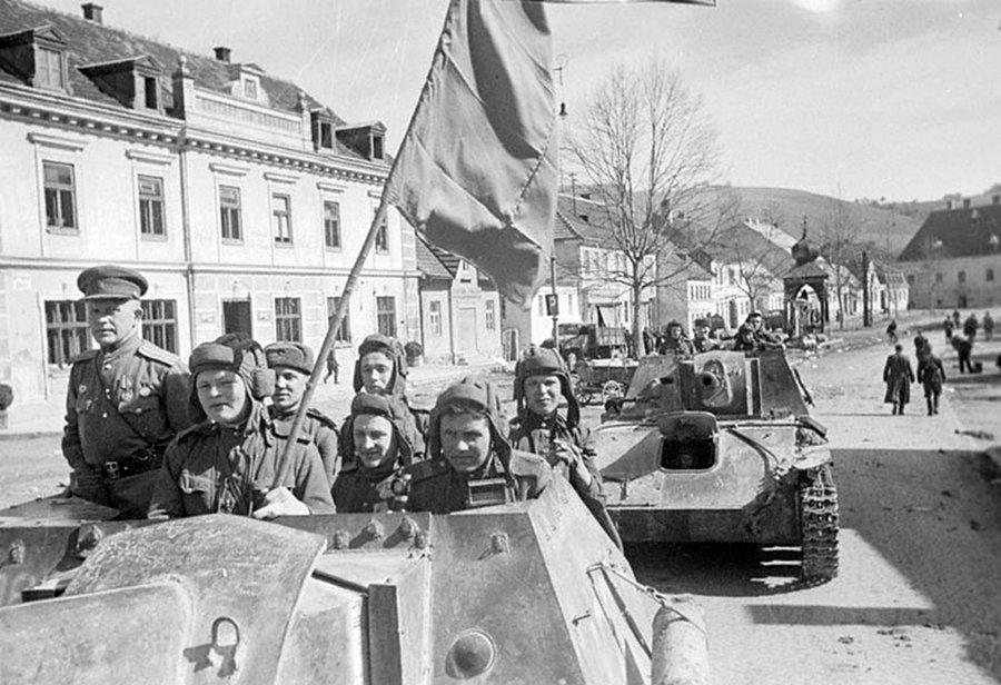 Советские самоходные орудия переходят границу Австрии