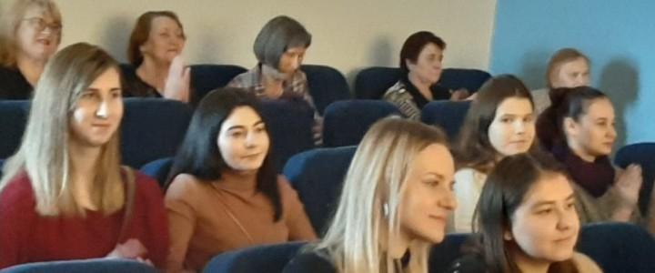 Доцент кафедры педагогики Ф.М. Ямалетдинова со студентами в академии музыки