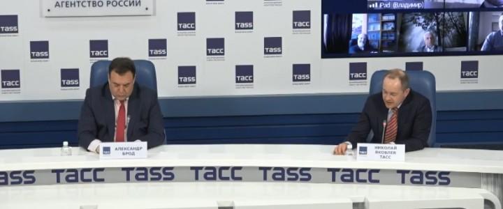 Заместитель директора ИИиП МПГУ В.Л. Шаповалов на круглом столе ТАСС