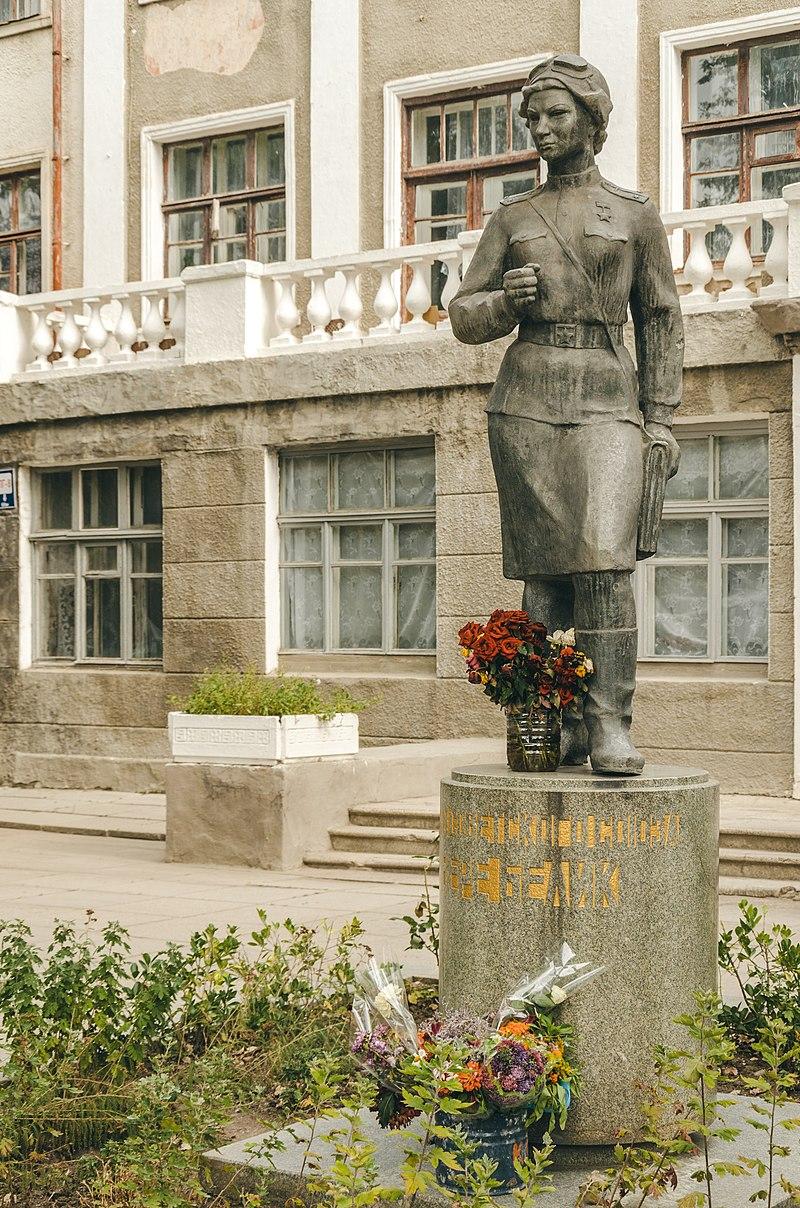 Памятник Веры Белик в Керчи