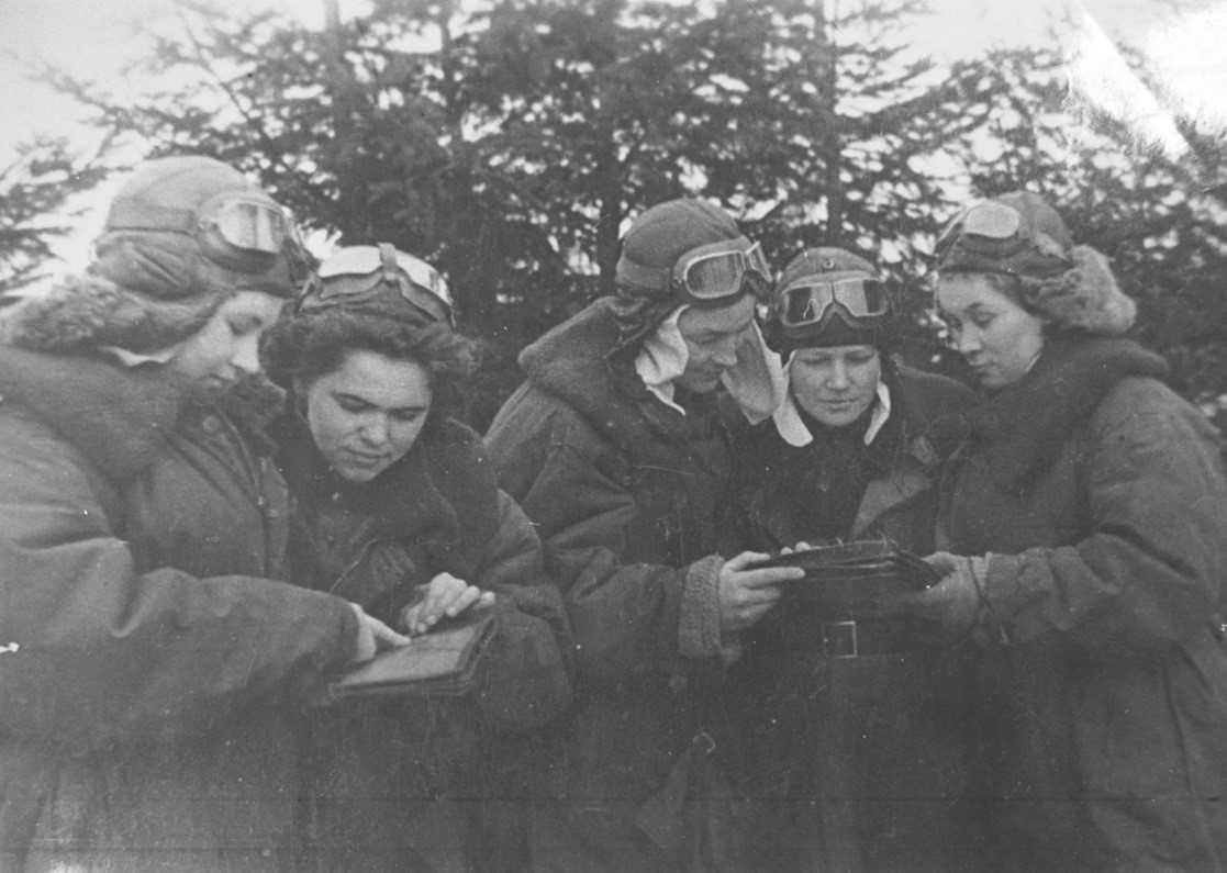 Перед боевым вылетом. А.Ф. Акимова первая слева