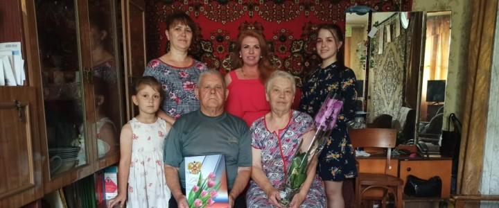 Директор Покровского филиала МПГУ Людмила Васильевна Бойченко и волонтеры Покровского филиала МПГУ поздравили семейные пары, которым в этом году исполняется 60 лет совместной жизни
