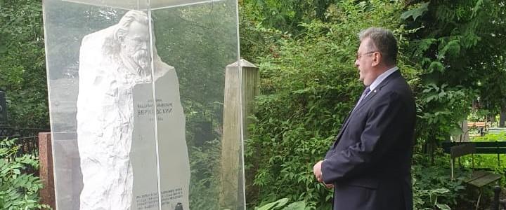 Ректор МПГУ А.В. Лубков посетил могилу В.И. Вернадского на Новодевичьем кладбище
