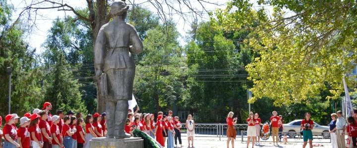 Торжественное возложение венка к памятнику Веры Белик