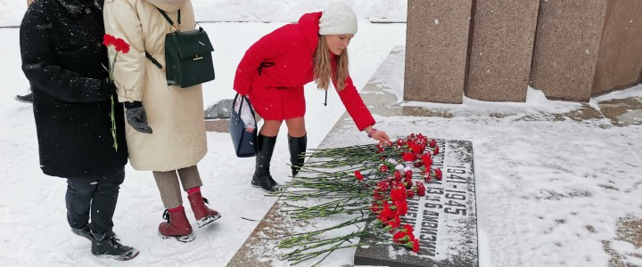 Возложение цветов у памятника Добровольцам 13-й и 6-й дивизии народного ополчения