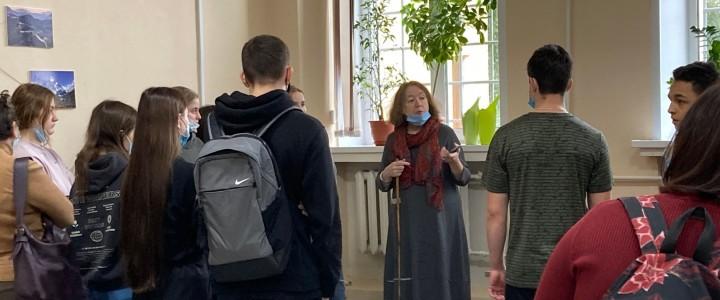 Экскурсия для школьников по библиотеке Географического факультета МПГУ