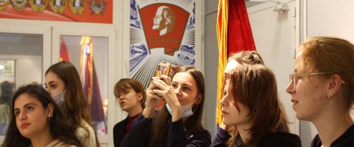 Студенты Института иностранных языков в Музее МПГУ