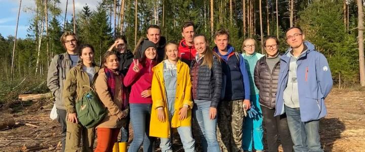 Студенты-участники экологического клуба организовали осенний выезд на посадки леса