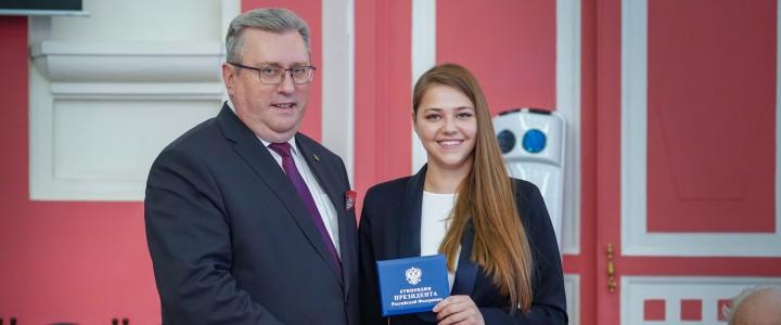 Магистрантке ИМИ Балабановой И.А. вручили удостоверение стипендиата Президента РФ